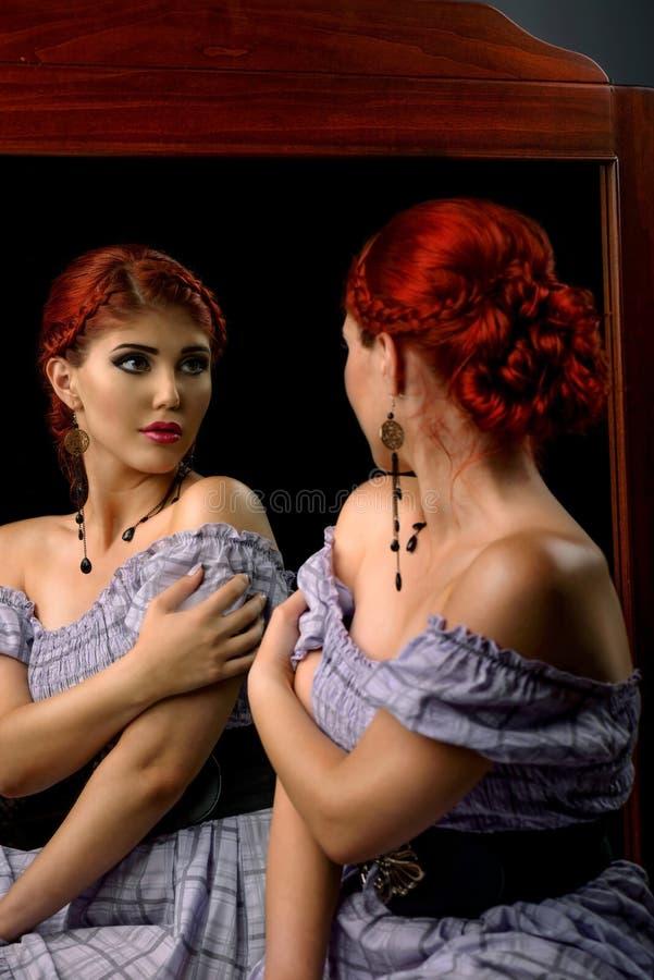 Jonge vrouw met elegant gevlecht kapsel en professionele make-up stock fotografie