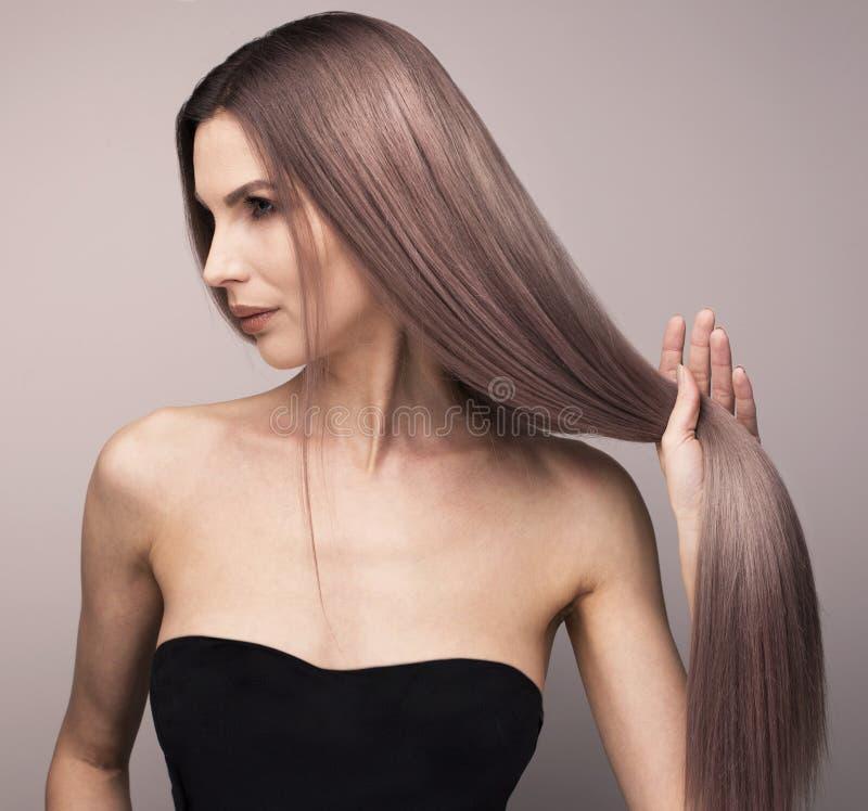 Jonge vrouw met elegante purpere haarkleur stock afbeeldingen