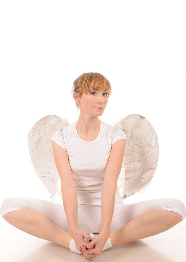 Jonge vrouw met engelenvleugels stock foto