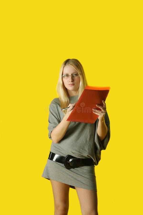 Jonge vrouw met exemplaarhouder stock foto