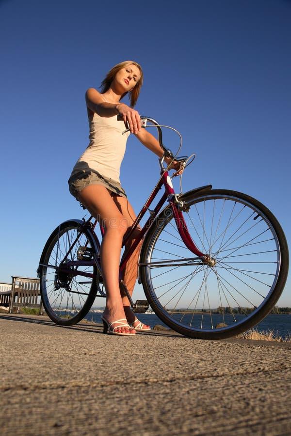 Jonge vrouw met fiets stock afbeelding