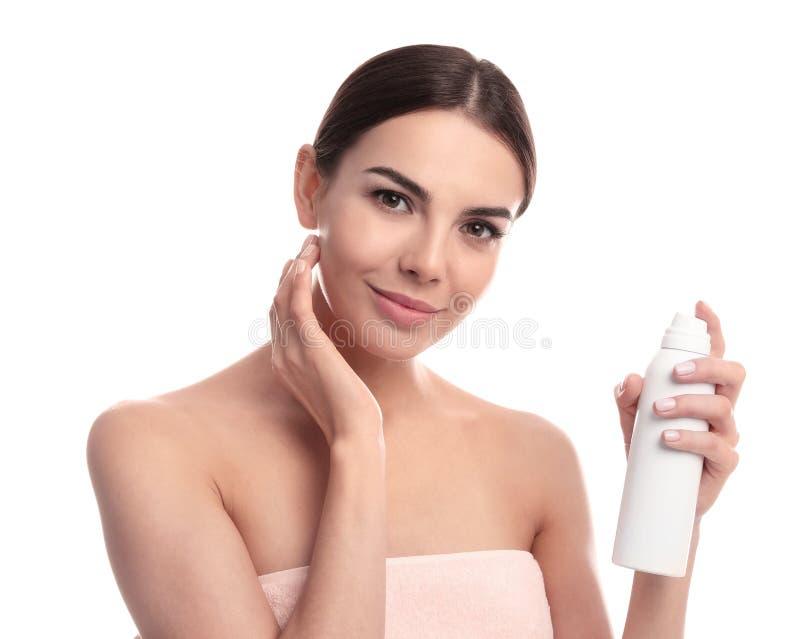 Jonge vrouw met fles thermisch water Kosmetisch Product royalty-vrije stock foto