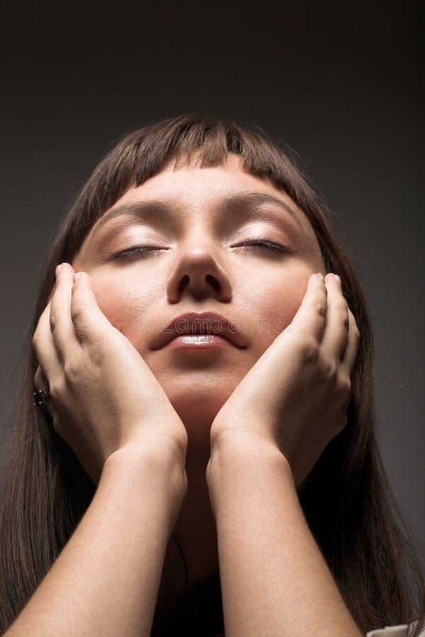 Jonge vrouw met gesloten ogen royalty-vrije stock foto's