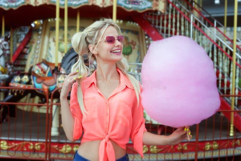 Jonge vrouw met gesponnen suiker stock afbeeldingen