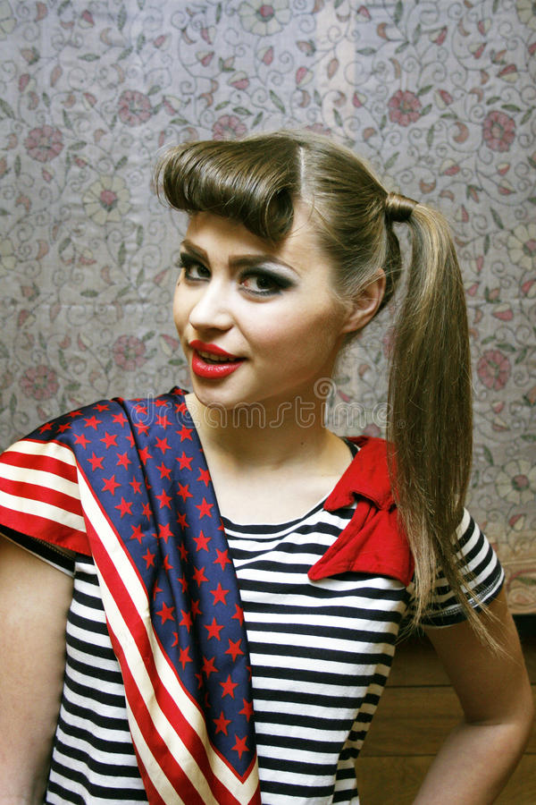 Jonge vrouw met gestreepte T-shirt en een sjaal stock foto