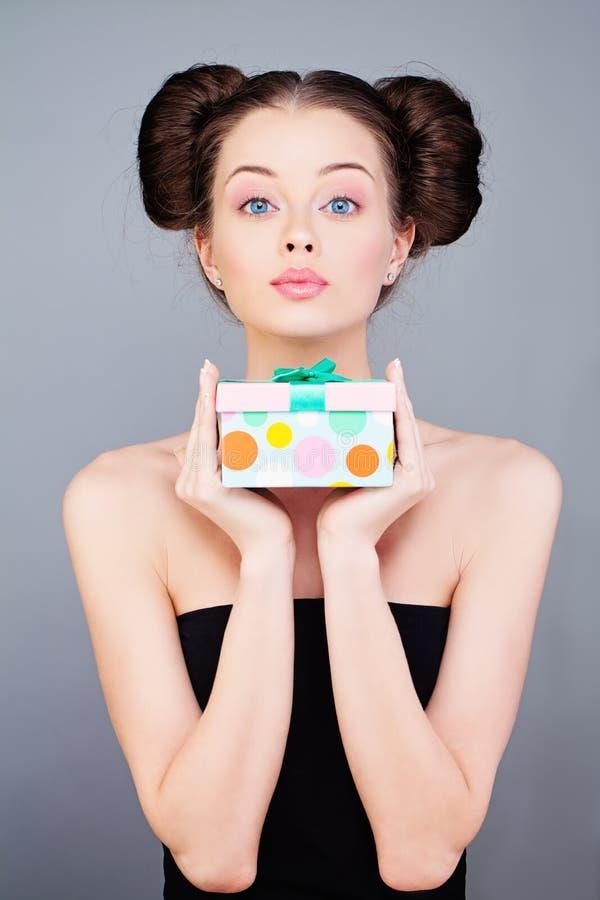 Jonge vrouw met gift stock foto