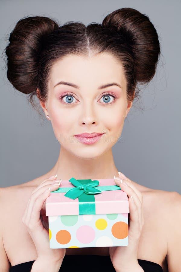 Jonge vrouw met giftdoos stock fotografie