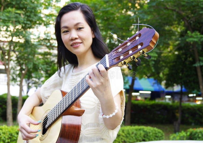Jonge vrouw met gitaar royalty-vrije stock fotografie