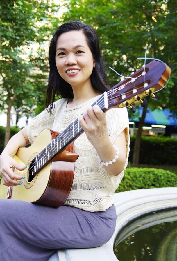 Jonge vrouw met gitaar stock afbeeldingen