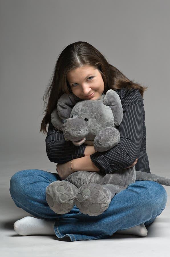 Jonge vrouw met grote stuk speelgoed muis royalty-vrije stock fotografie