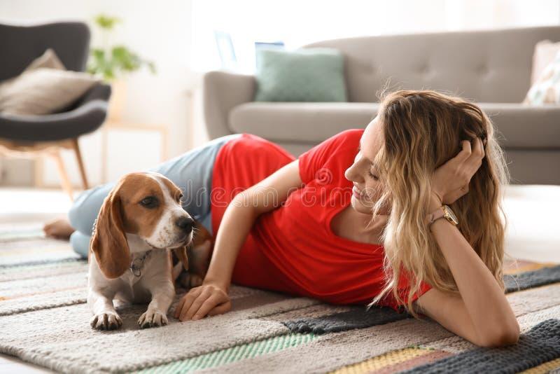 Jonge vrouw met haar hond stock afbeelding