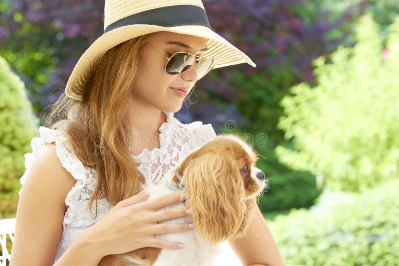 Jonge vrouw met haar leuke hond stock afbeeldingen