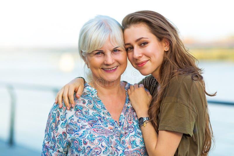 Jonge vrouw met haar oma royalty-vrije stock afbeelding