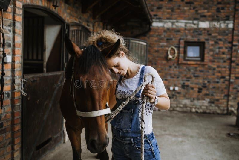 Jonge vrouw met haar paard royalty-vrije stock afbeeldingen