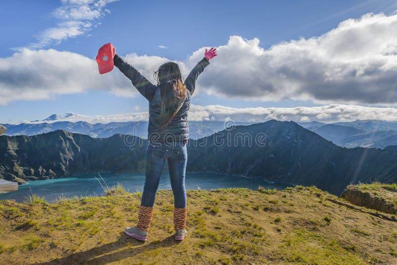 Jonge Vrouw met Handen op Quilotoa-Meer stock fotografie