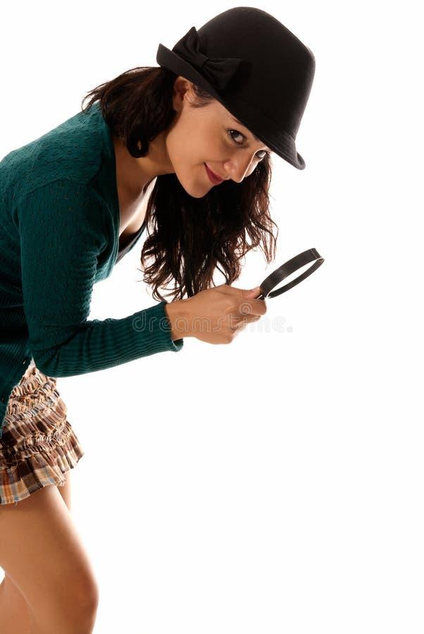 Jonge vrouw met het meer magnifier glas en hoeden kijken royalty-vrije stock afbeelding