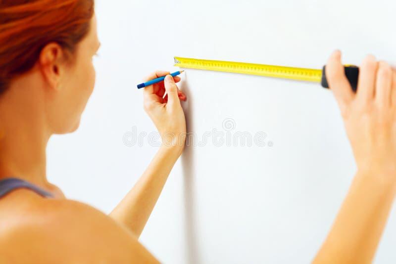 Jonge vrouw met het meten van band stock afbeeldingen