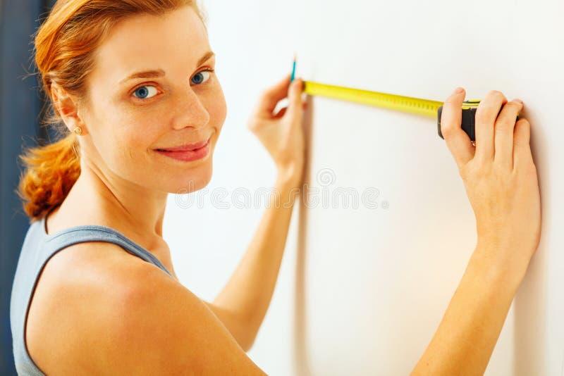 Jonge vrouw met het meten van band royalty-vrije stock afbeelding