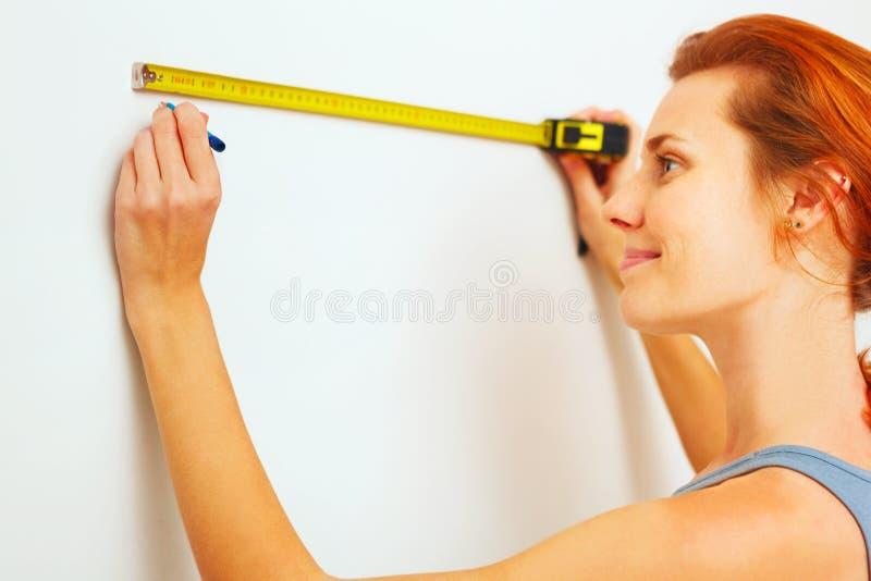 Jonge vrouw met het meten van band royalty-vrije stock afbeeldingen