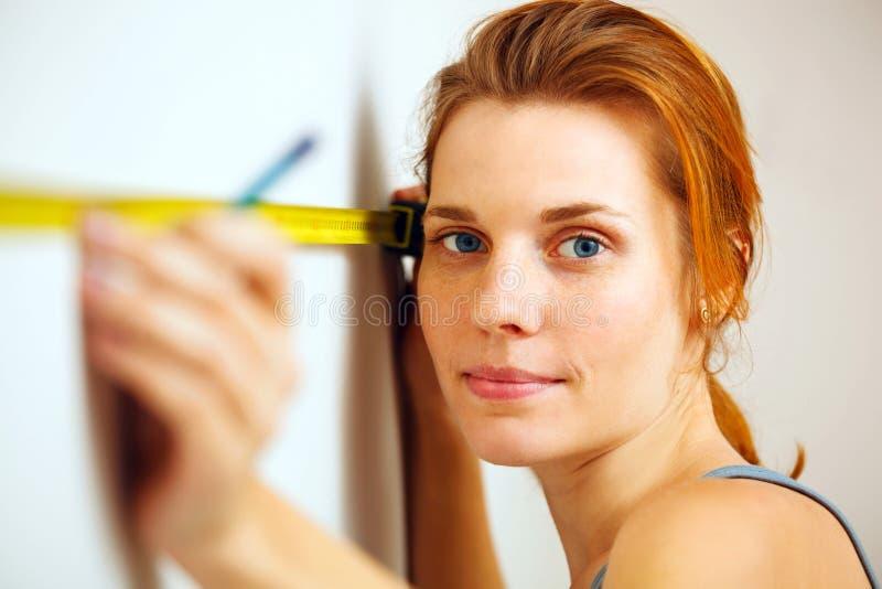 Jonge vrouw met het meten van band stock foto