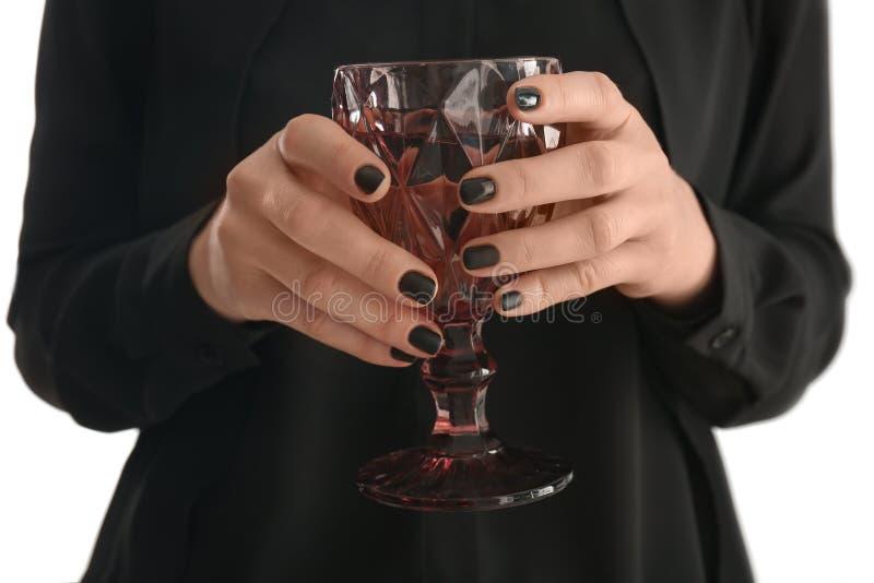Jonge vrouw met het mooie glas van de manicureholding wijn, close-up royalty-vrije stock fotografie
