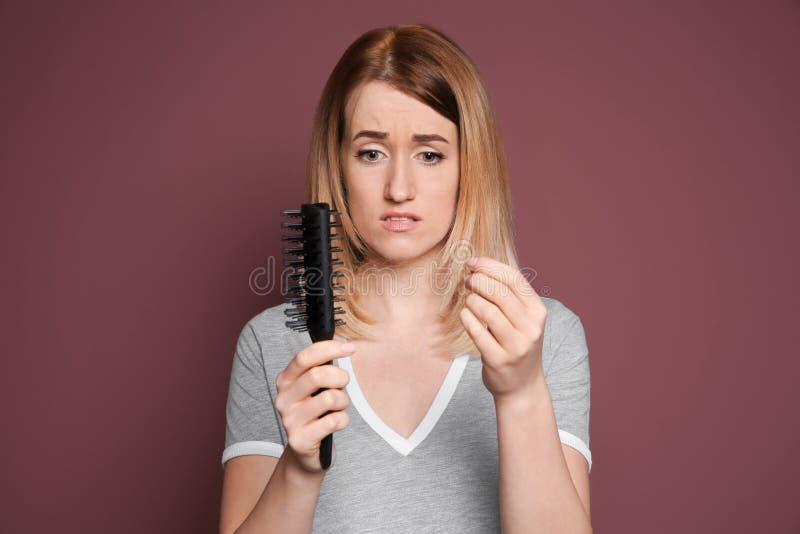 Jonge vrouw met het probleem van het haarverlies royalty-vrije stock foto's