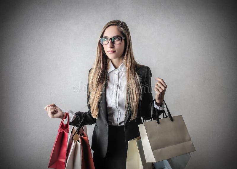 Jonge vrouw met het winkelen zakken stock fotografie