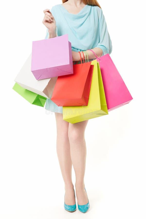 Jonge vrouw met het winkelen zakken op wit stock foto