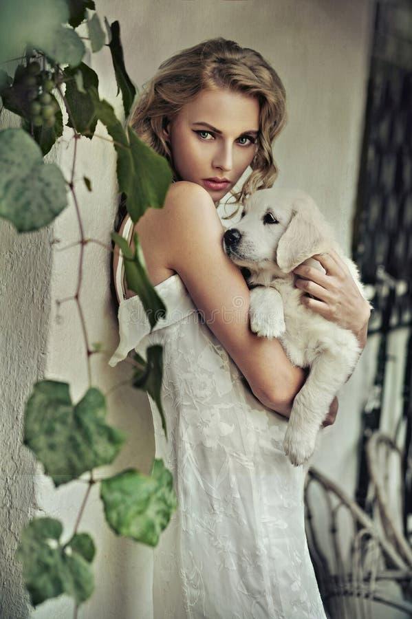 Jonge vrouw met hond stock afbeeldingen