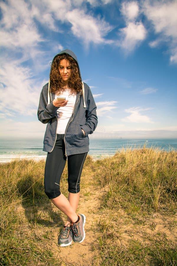 Jonge vrouw met hoodie en sportkleding het kijken stock foto's