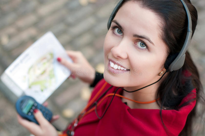 Jonge vrouw met hoofdtelefoons stock fotografie