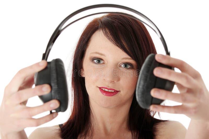 Jonge vrouw met hoofdtelefoons royalty-vrije stock afbeelding