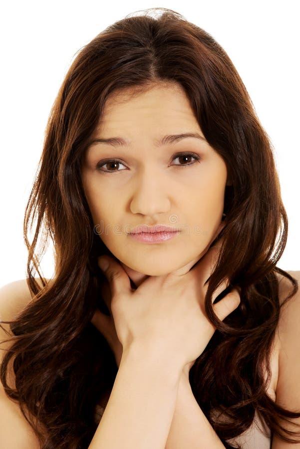 Jonge vrouw met keelpijn stock foto
