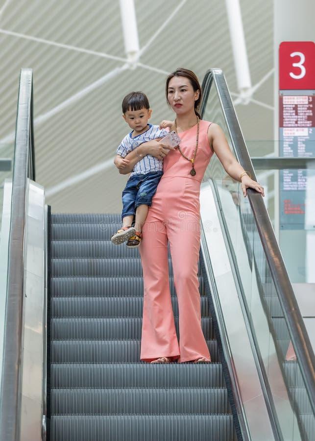 Jonge vrouw met kind in Livat-winkelcomplex, Peking, China royalty-vrije stock foto's