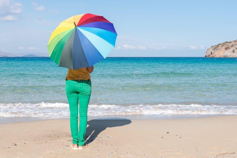 Jonge vrouw met kleurrijke paraplu op het strand Het concept van de zomer royalty-vrije stock foto