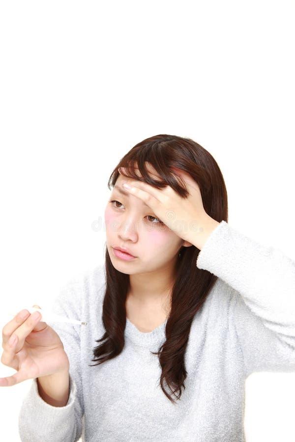 Jonge vrouw met koorts royalty-vrije stock afbeelding