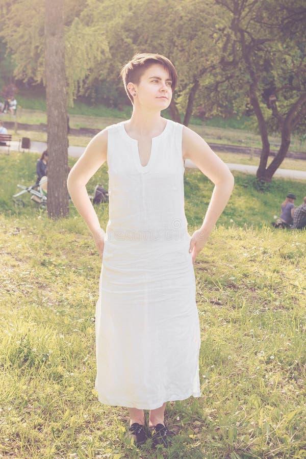Jonge vrouw met kort haar die witte linnenkleding dragen royalty-vrije stock afbeeldingen