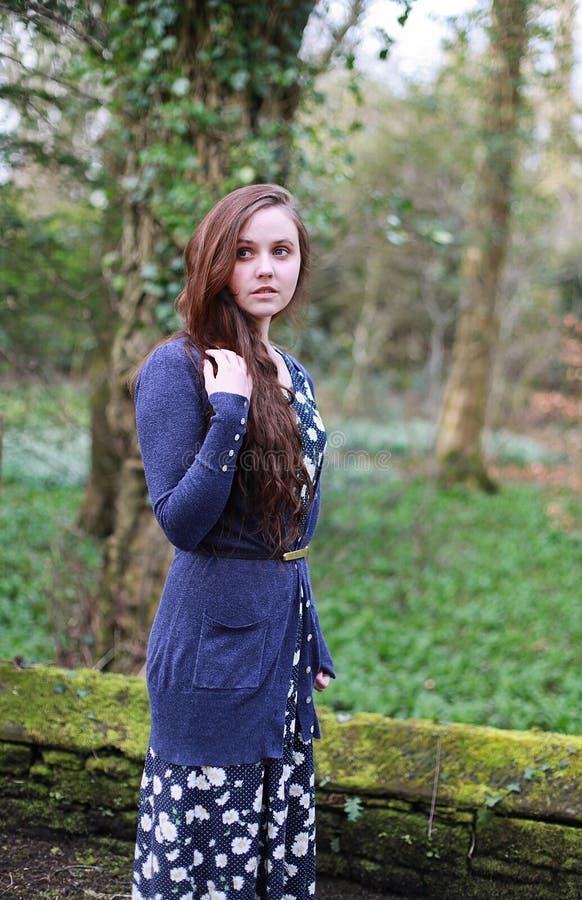Jonge vrouw met lang bruin haar royalty-vrije stock foto