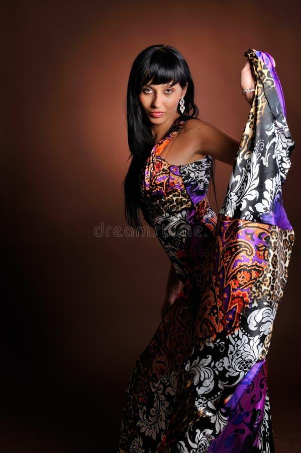 Jonge vrouw met lange kleding stock afbeelding