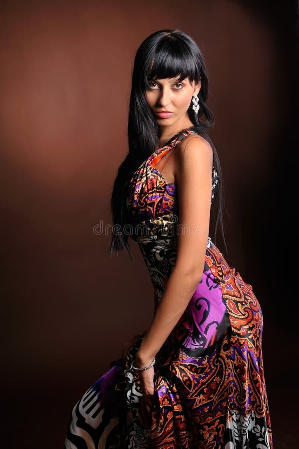 Jonge vrouw met lange kleding royalty-vrije stock afbeeldingen
