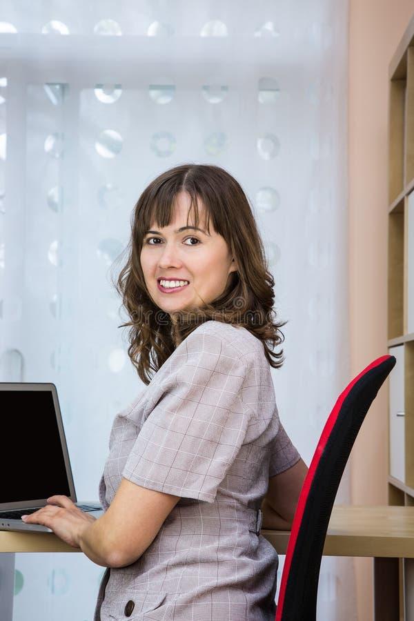 Jonge Vrouw met Laptop royalty-vrije stock afbeelding