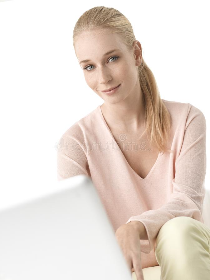 Jonge vrouw met laptop royalty-vrije stock foto