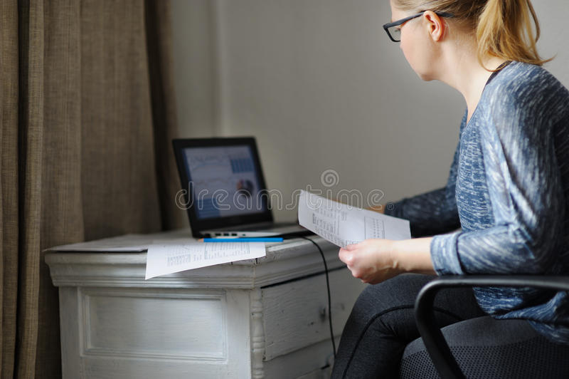 Jonge vrouw met laptop bij houten lijst royalty-vrije stock afbeelding