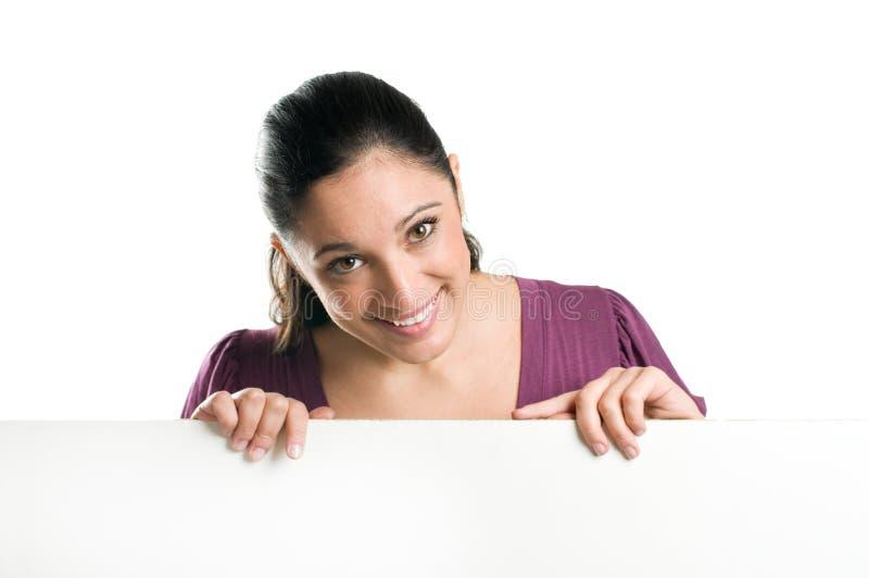 Jonge vrouw met leeg uithangbord stock foto