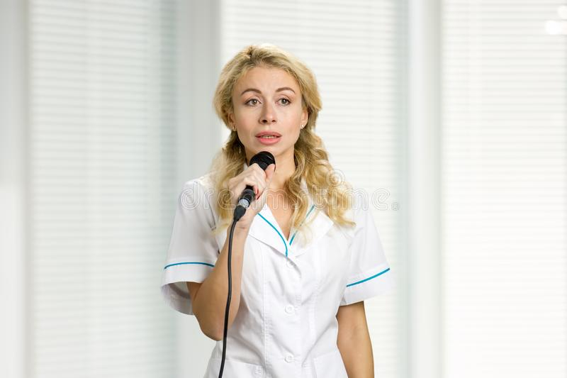 Jonge vrouw met microfoon stock afbeelding