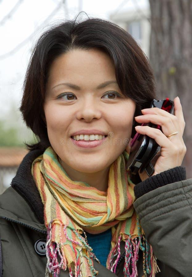 Jonge vrouw met mobiele telefoon royalty-vrije stock afbeelding