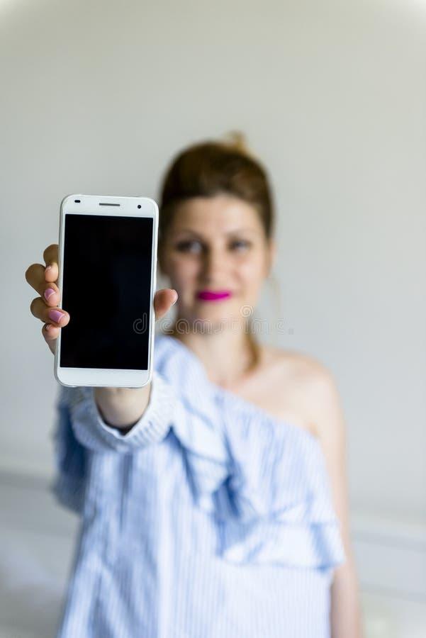 Jonge vrouw met mobiele telefoon royalty-vrije stock foto's