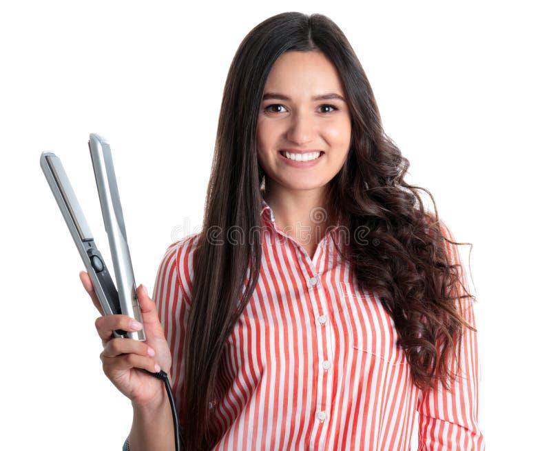 Jonge vrouw met modern haarijzer op wit stock fotografie