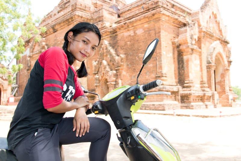 Jonge vrouw met motorfiets in Myanmar royalty-vrije stock foto