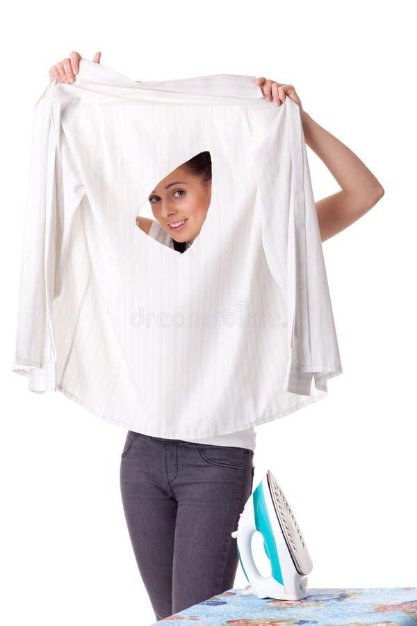 Jonge vrouw met overhemd en ijzer. royalty-vrije stock afbeelding